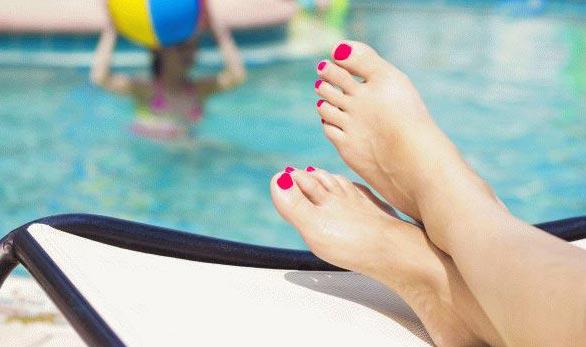 Ноги в общественном бассейне