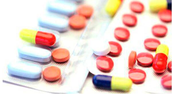 Таблетки и капсулы препаратов в блистерах картинка