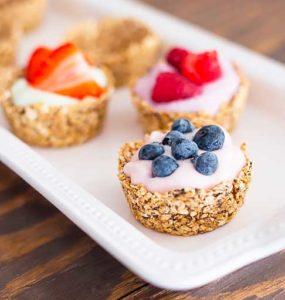 Пирожные из овсянки йогурта и фруктов на подносе картинка