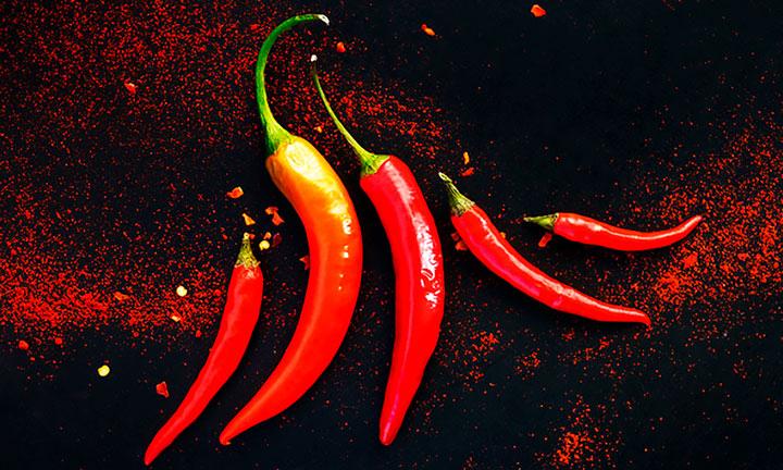 5 стручков острого красного перца картинка