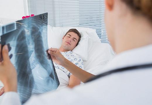 доктор со снимком легких