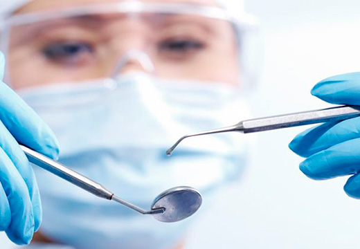 хирург с инструментами