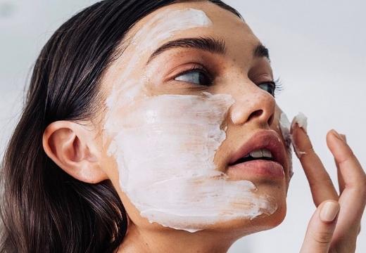 мазать лицо кремом