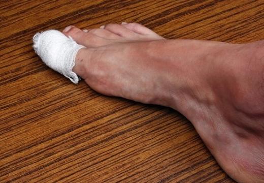 забинтованный палец ноги