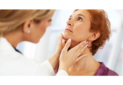 врач осматривает шею