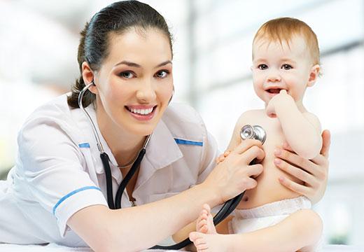 доктор обследует малыша