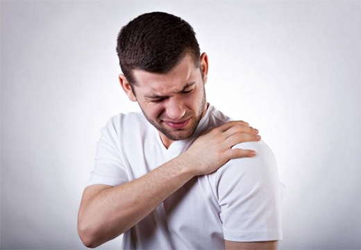 мужчина чувствует боль