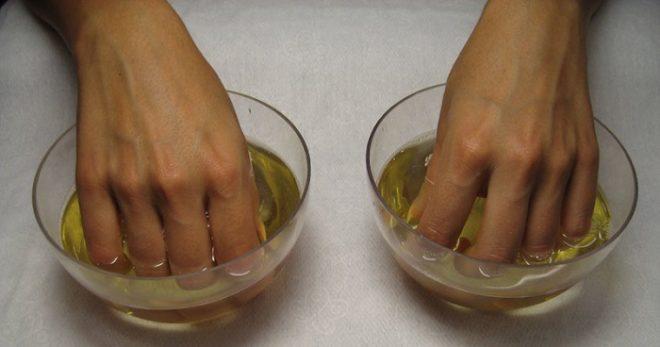 Очищаем ногти от загрязнений