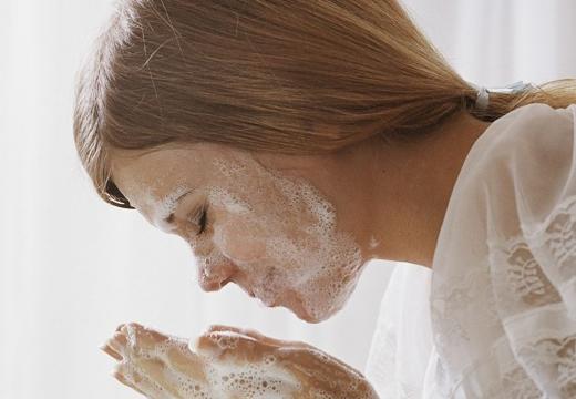 умываться мылом