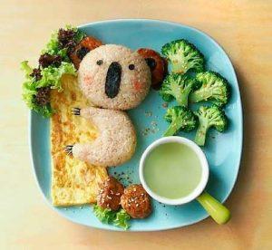 Блюдо из броколи риса и амлета в виде куалы картинка