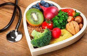 Фрукты, овощи и крупы лежат в форме сердца на столе картинка