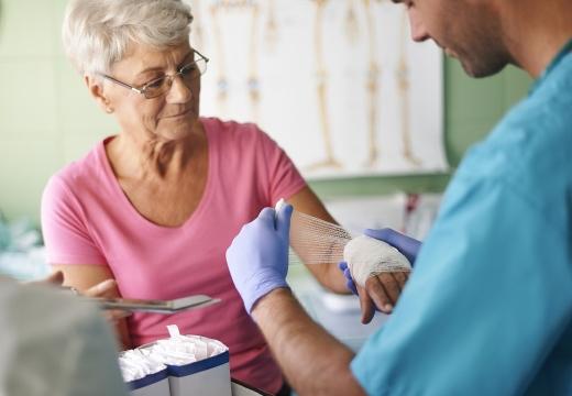 врач бинтует руку женщине