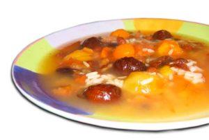 Рисовый суп с сухофруктами в тарелке картинка