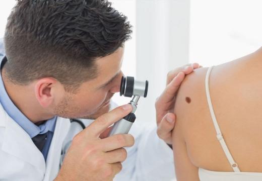 изучение дерматоскопом