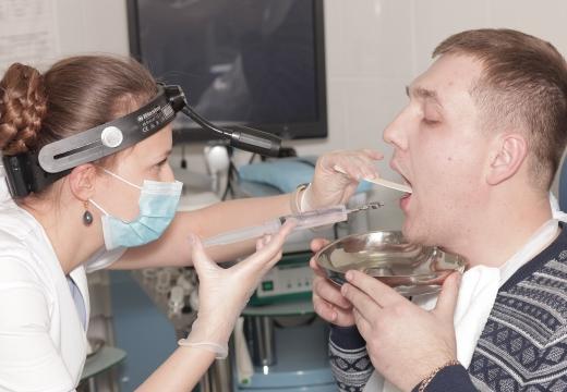 промывание горла у врача