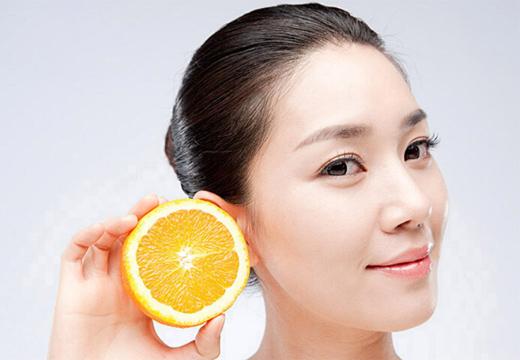 девушка держит лимон
