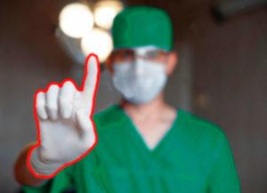 Доктор показывает указательным пальцем картинка