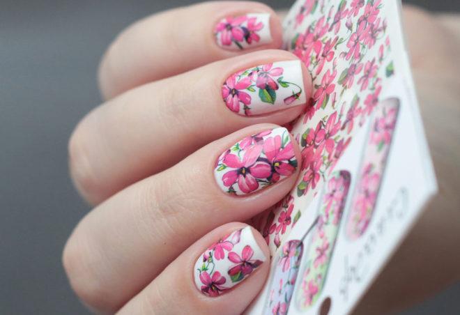 Маникюр с цветами наклейками