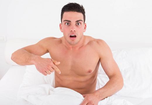 испуганный парень в кровати