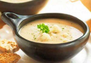 Суп из цветной капусты в тарелке на столе картинка
