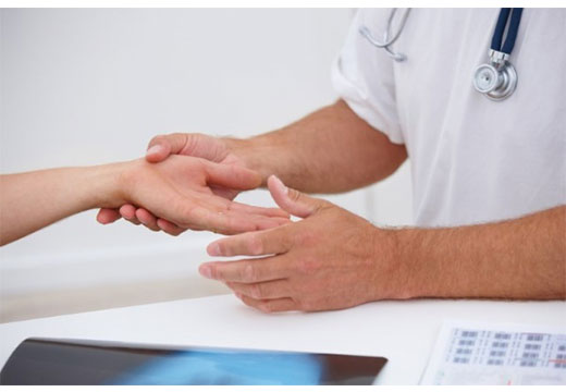 врач осматривает руки