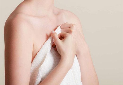 Прикрывает грудь полотенцем