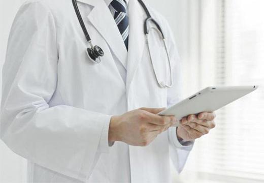 доктор держит планшет
