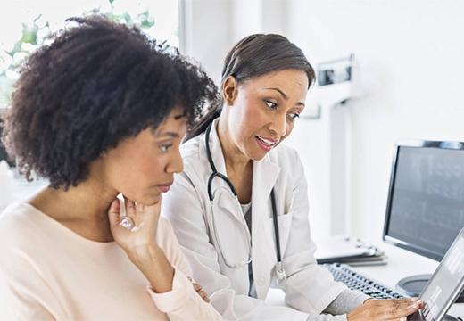 врач консультирует жинщину